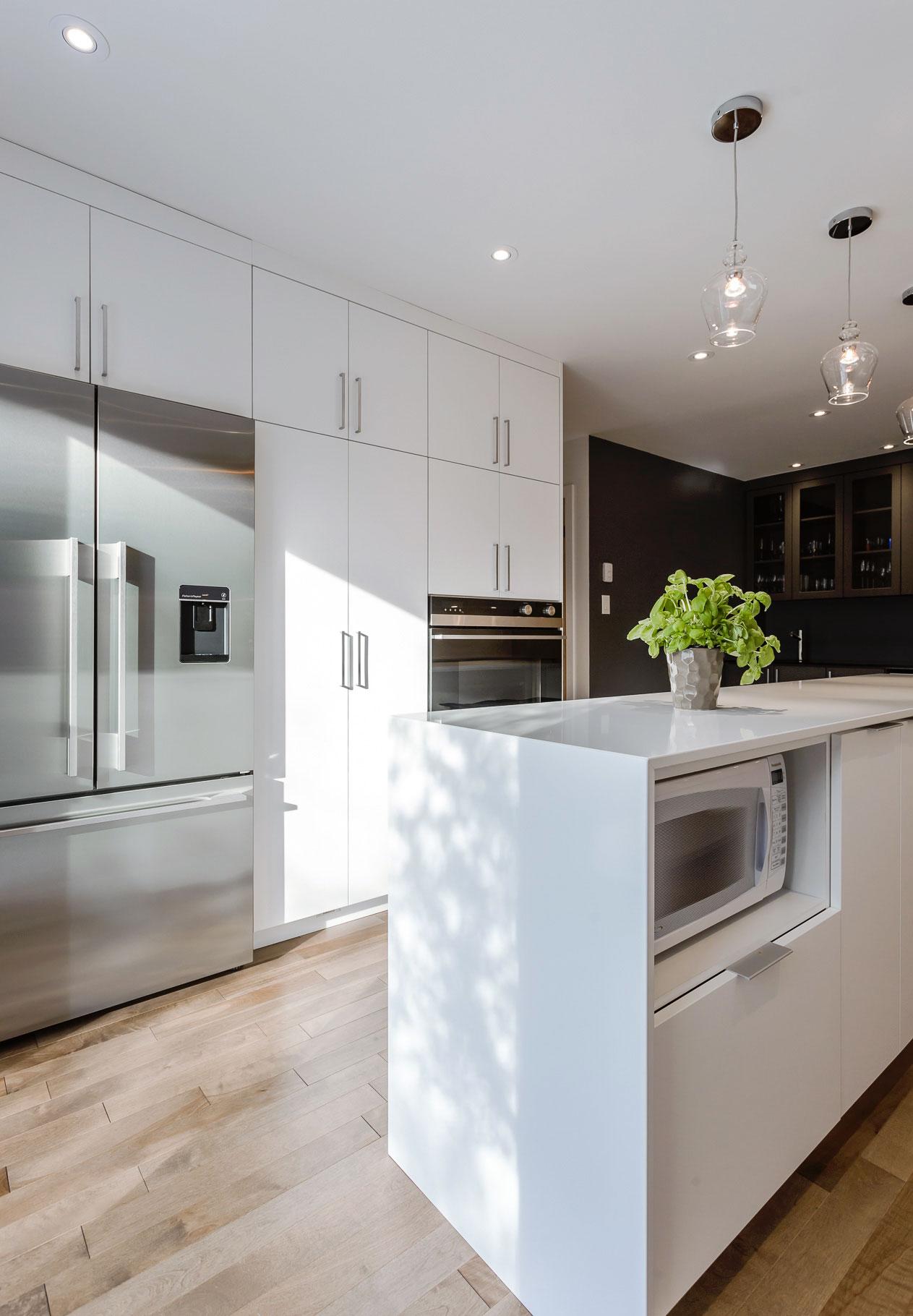 Section frigo, garde-manger et four mural encastré, portes de thermoplastique blanches satinées