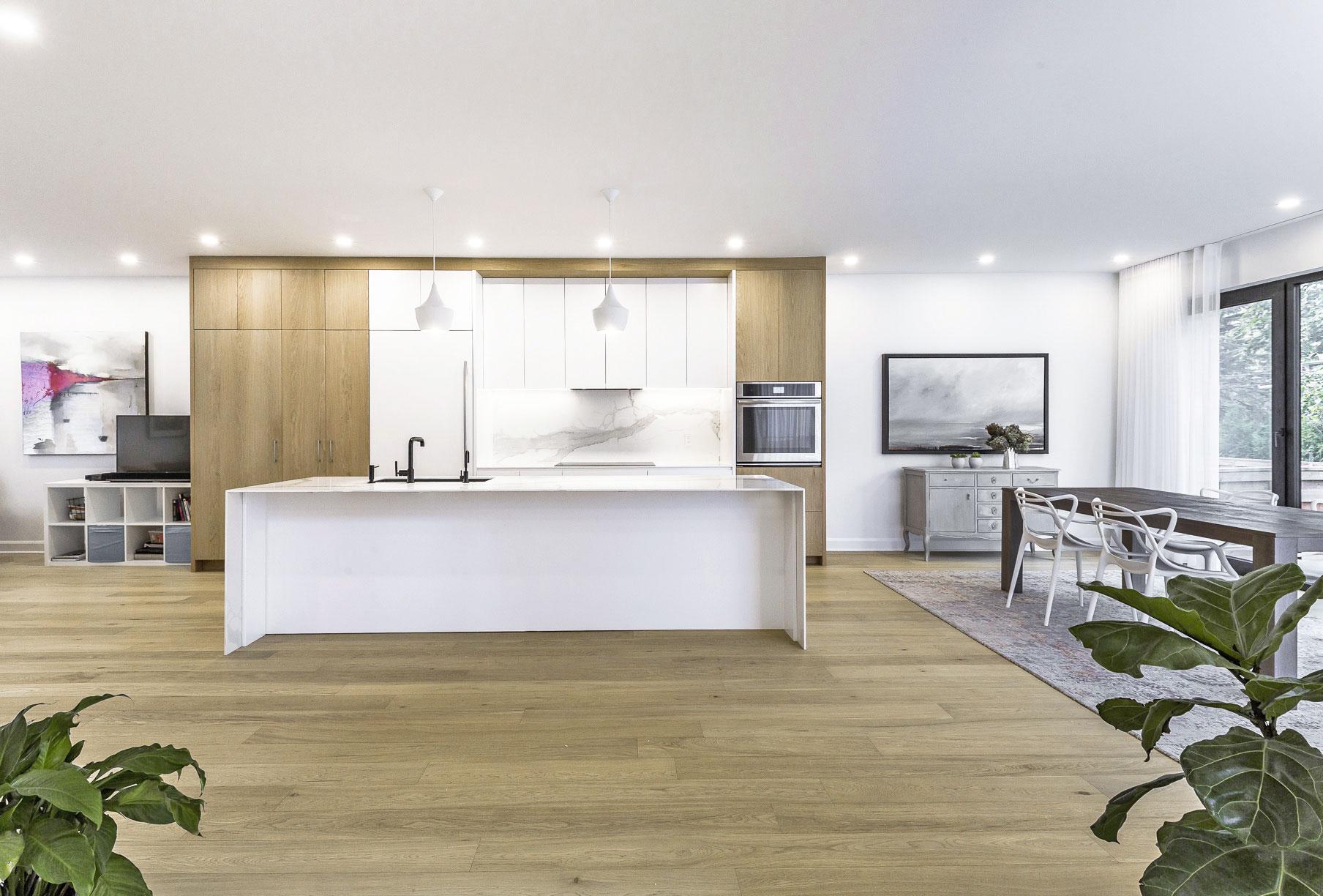 Cuisine et ilot thermoplastique blanc satiné et panneaux de chêne blanc blanchis et comptoir de quartz