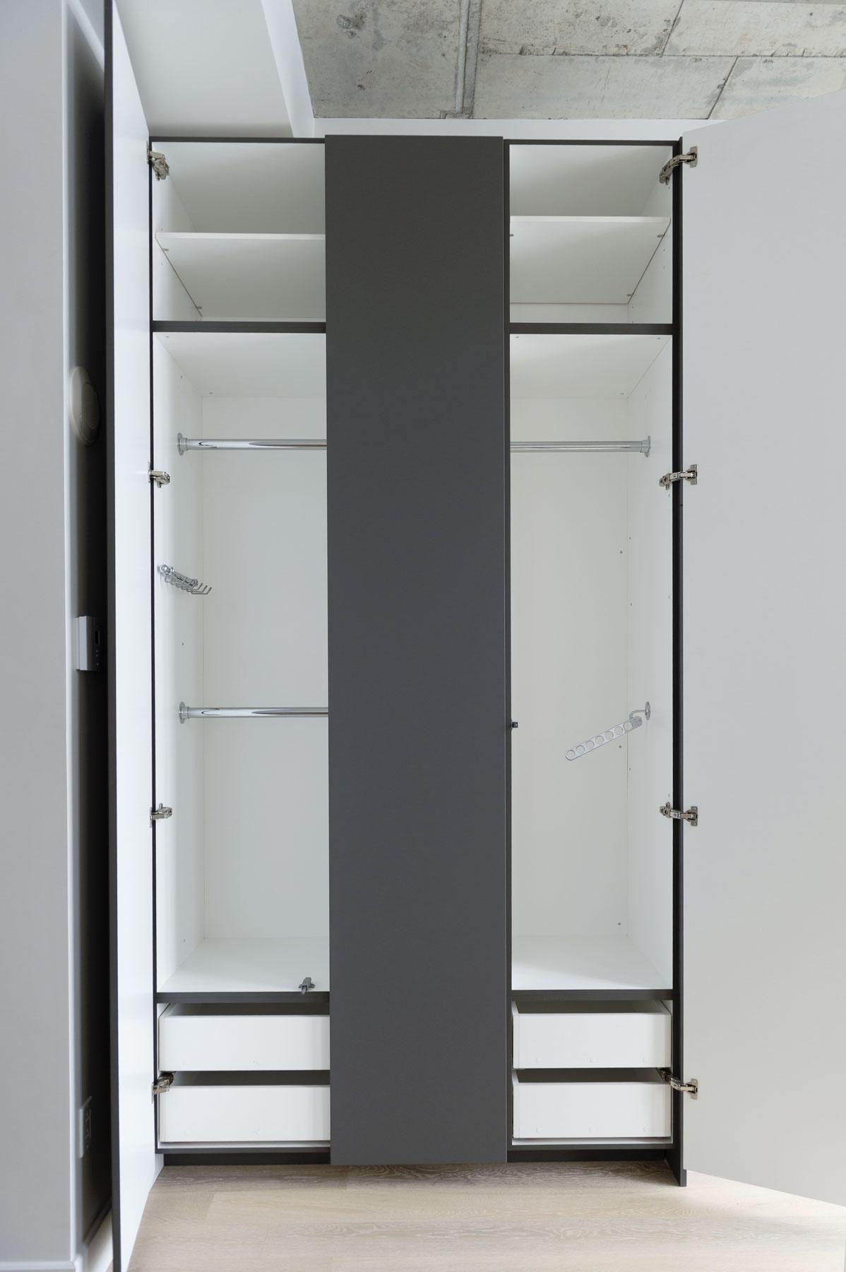 Penderies chambre des maitres en thermoplastique gris foncé satiné