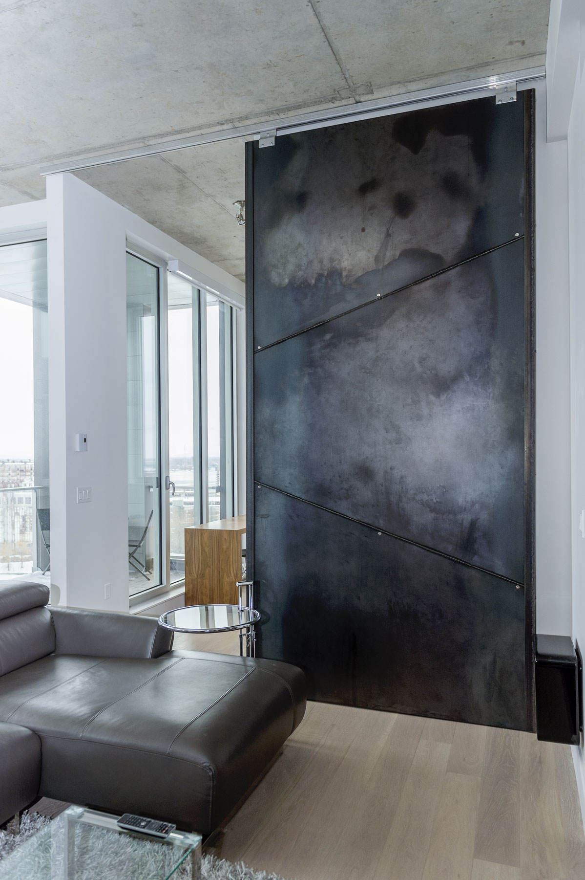 Porte coulissante 5' x 12' recouverte de panneaux d'acier brute
