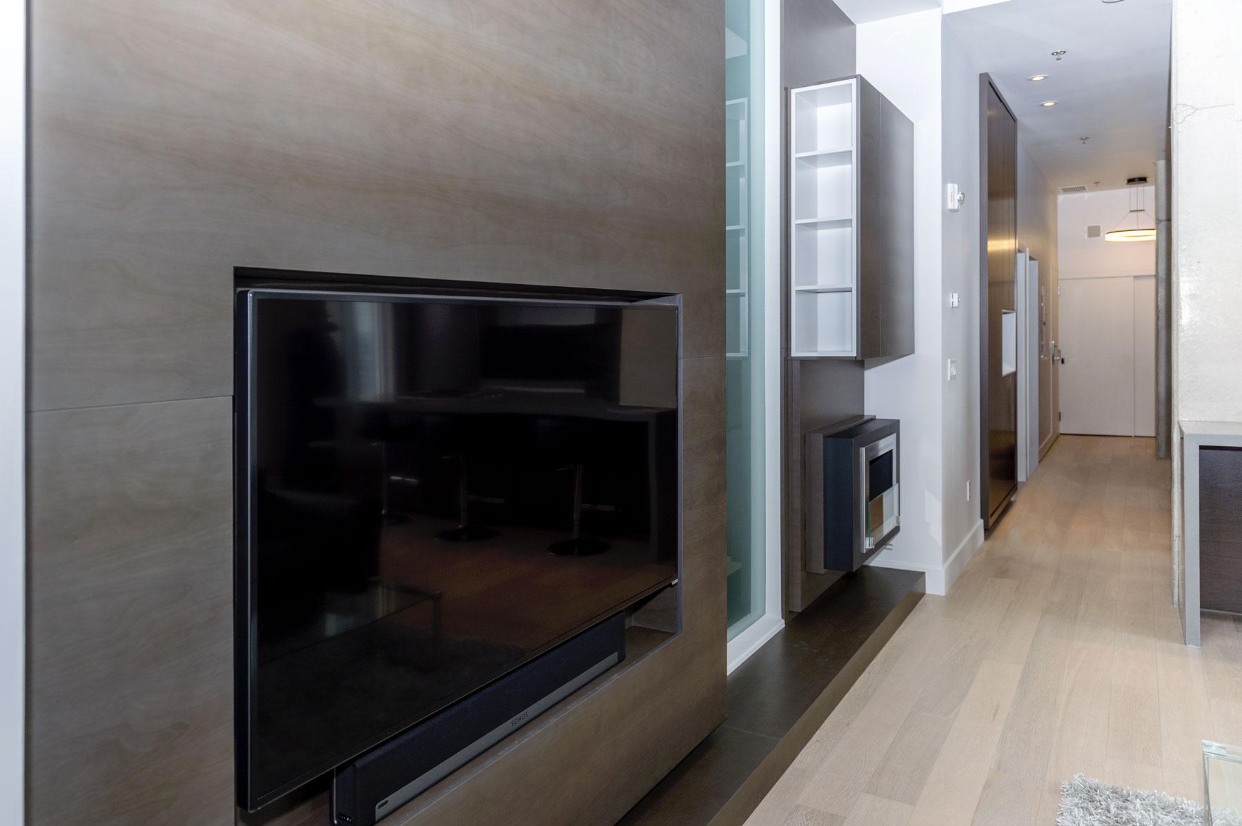 Mobilier de salon de type unité mural en placage de noyer noir avec téléviseur intégré